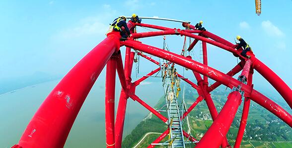 特高压直流输电线路长江大跨越工程南岸跨越塔成功封